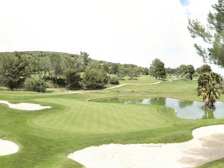 The 8th hole on El Bosque has a small pond in front of the green
