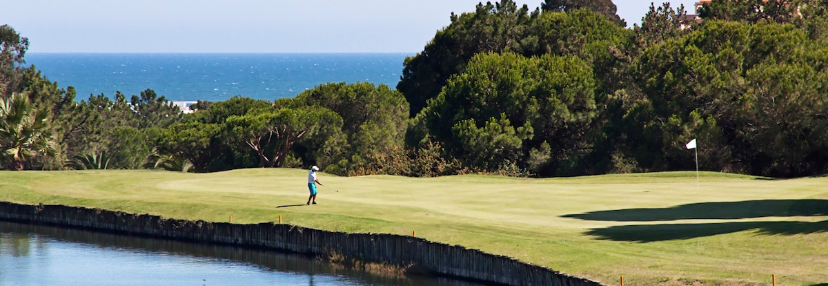 Chipping to the green on Islantilla Golf